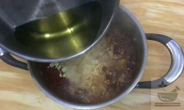 Добавление раскаленного масла