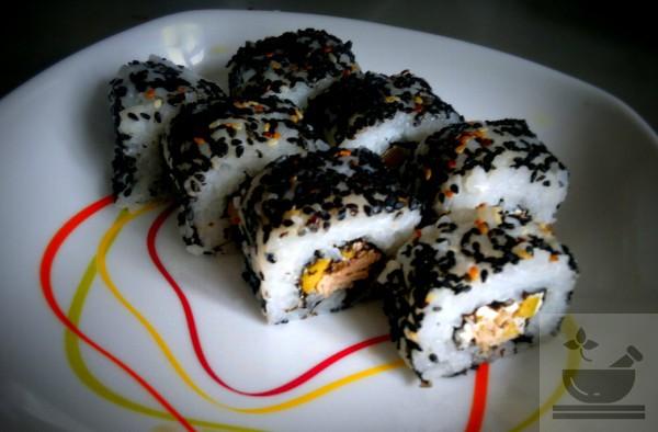 Суши с черным кунжутом