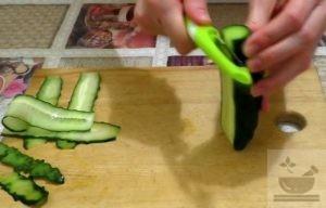 Режем огурец на салат