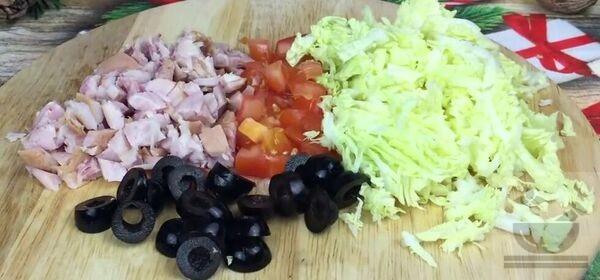 Нарезаем приготовленные ингредиенты для салата