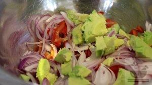 Подготавливаем и нарезаем авокадо