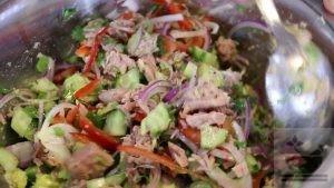 Перемешиваем салат с авокадо