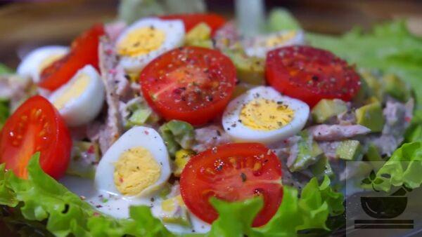 Салат с авокадо, тунцом и томатом