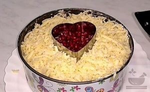 """Слой сыра в салате """"Валентинка"""""""