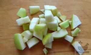 Подготавливаем для салата яблоки
