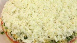 В салат кладем яичный белок
