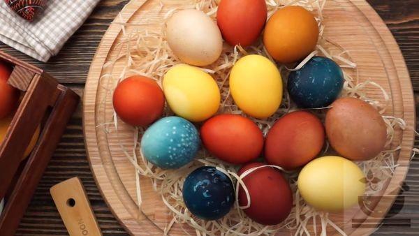 Пасхальные яйца красим природными красителями