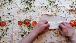 Скручиваем лаваш с сыром