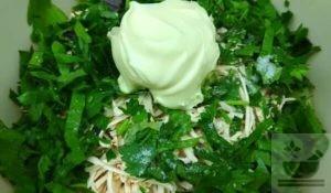 Заправляем салат с огурцом