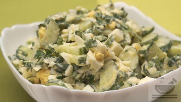 Салат с о свежими огурцами и яйцом