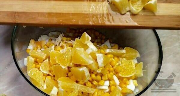 Кладем в салат апельсин