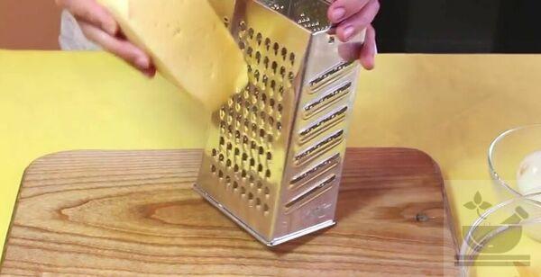 Натираем сыр для салата с апельсином