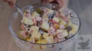 Перемешиваем ингредиенты салата