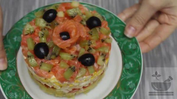 Салат с красной рыбой и помидором
