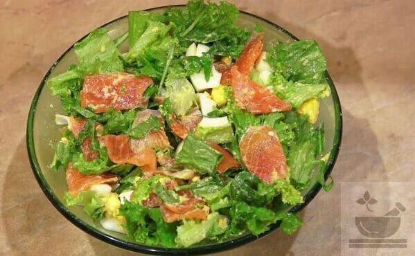 Салат с красной рыбой и зеленью